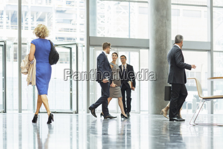 geschaeftsleute gehen in buero lobby