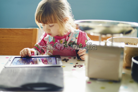 neugieriges maedchen das digitale tablette verwendet