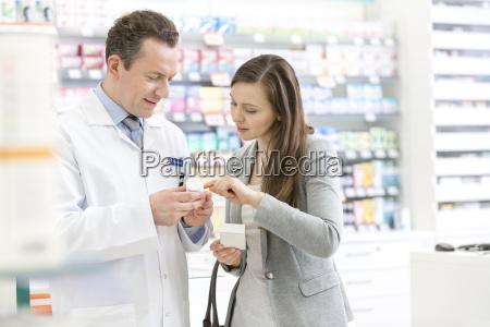 apotheker und kunden die verschreibungspflichtige etiketten