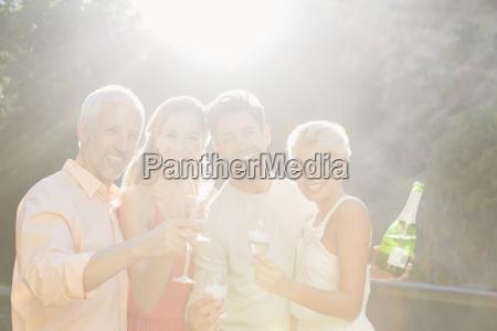 freundschaft trinken trinkend trinkt europid kaukasisch