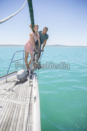 paar steht vor segelboot
