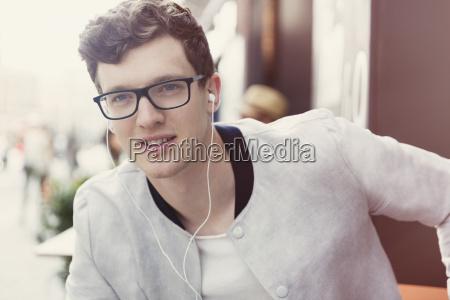 portraet laechelnde mann mit brille ueber