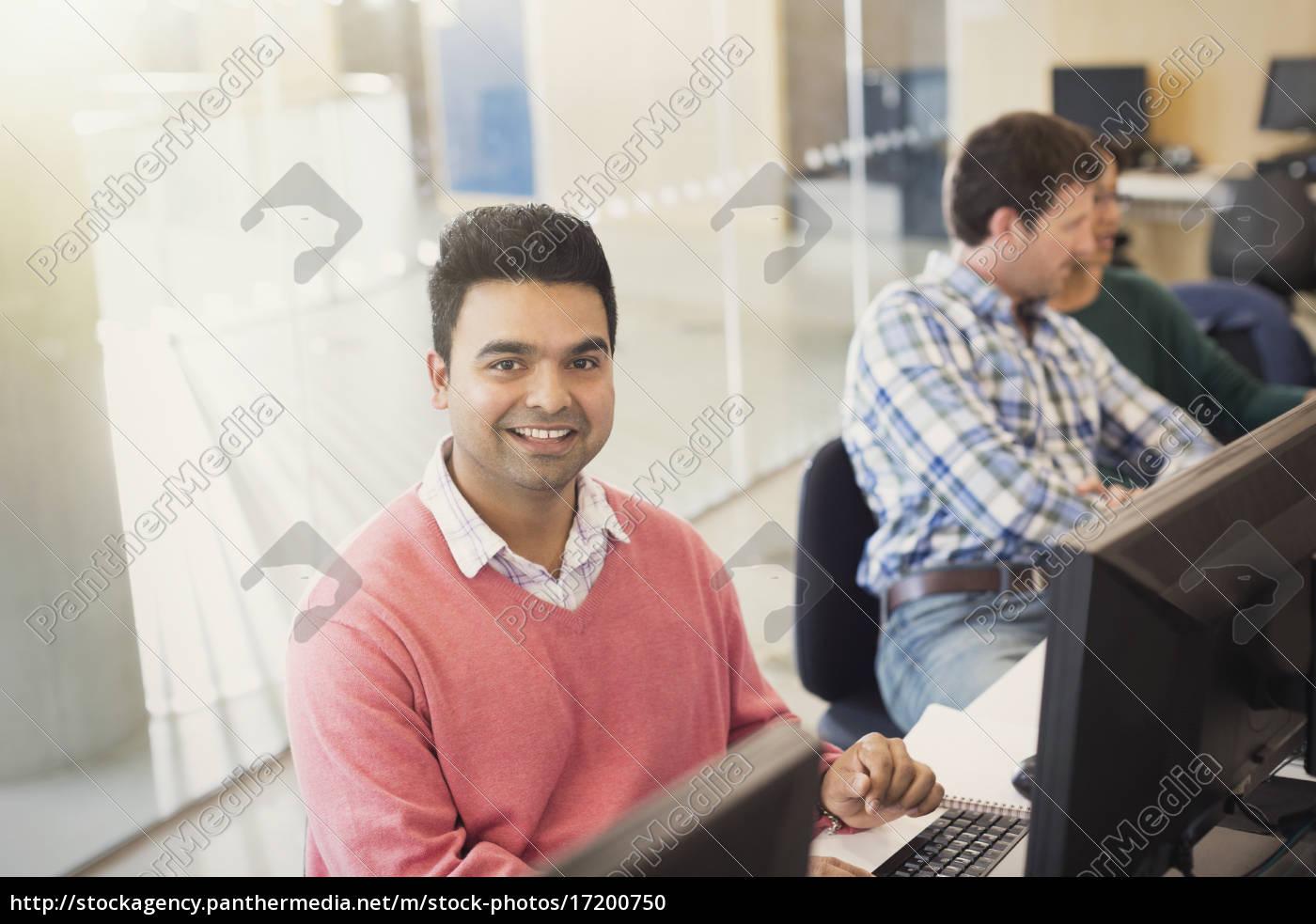 porträt, lächelnde, erwachsenenbildungsstudentin, am, computer, im - 17200750