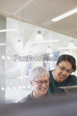 unternehmerinnen am computer im klassenzimmer der