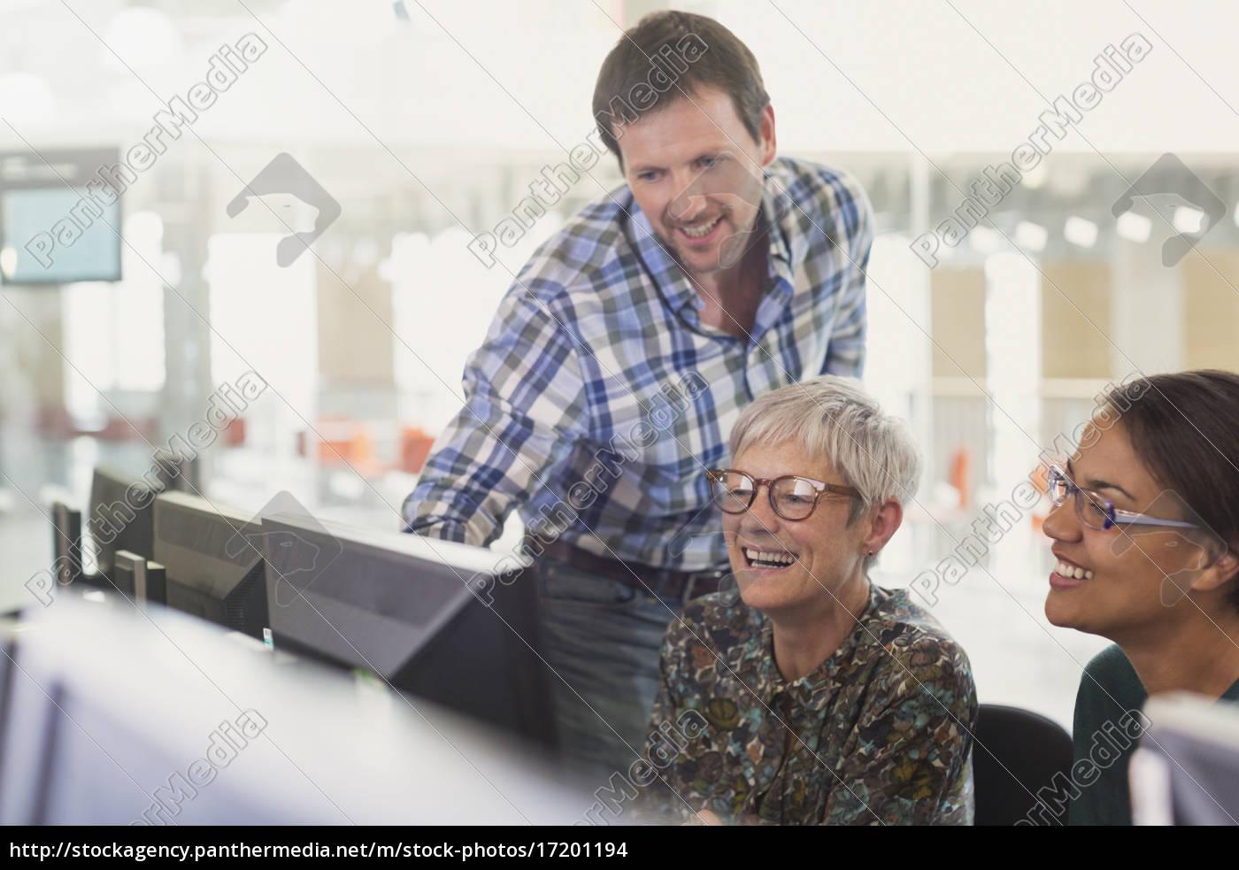 lächelnde, schüler, am, computer, im, klassenzimmer - 17201194