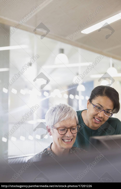 unternehmerinnen, am, computer, im, klassenzimmer, der - 17201226