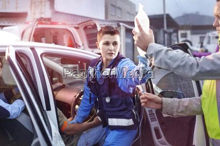 rettungskraefte mit beutel iv autounfall opfer
