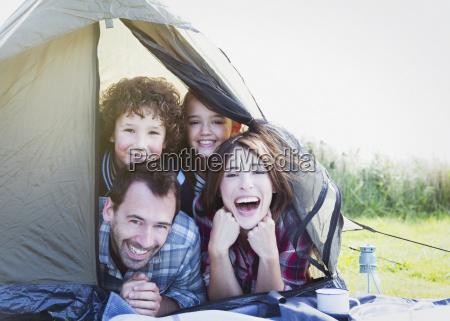 portrait laechelnde familie im zelt