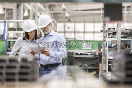 ingenieure die digitale tablette in der