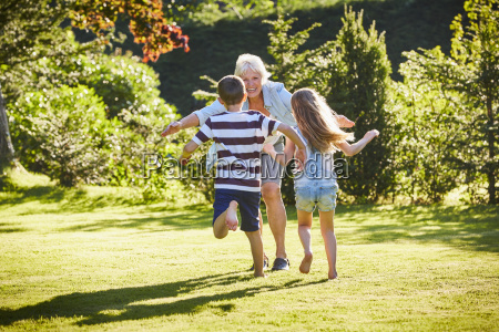 enkel laufen zur grossmutter im sonnigen