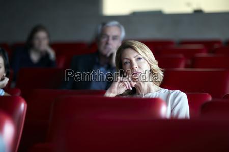 aufmerksame geschaeftsfrau im seminar publikum hoeren