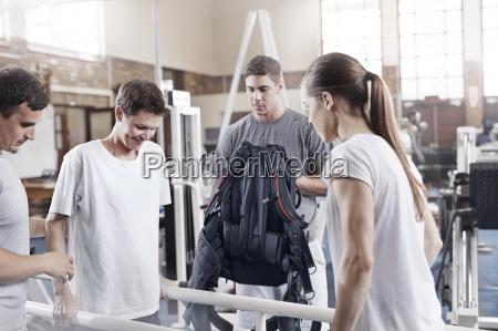 physiotherapeuten helfen mann zu fuss