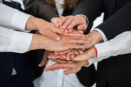 geschaeftsleute stapeln sich gemeinsam