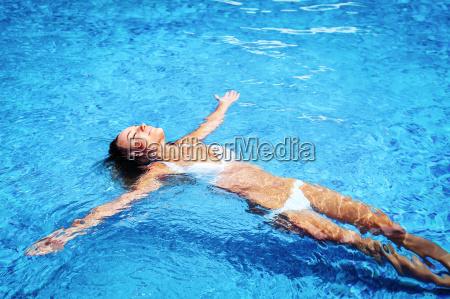 huebsches maedchen im schwimmbad