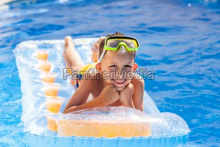 laessig junge der spass im schwimmbad