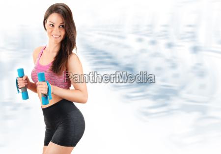 junge frau mit hanteln koerperliche fitness