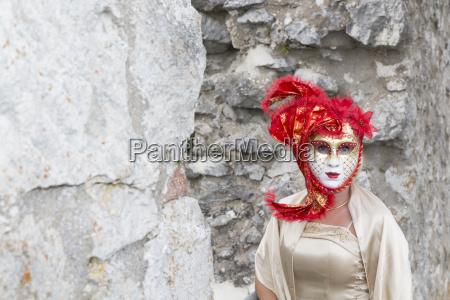 frau mit rote venezianischer maske und