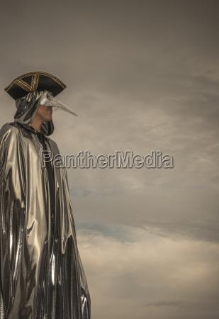 mann mit venezianischer vogel maske karneval