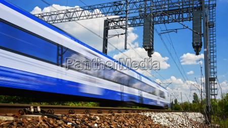 moderner elektrischer personenzug mit voller geschwindigkeit