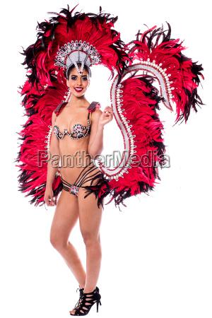 laechelndes maedchen in einem bunten karnevalskostuem