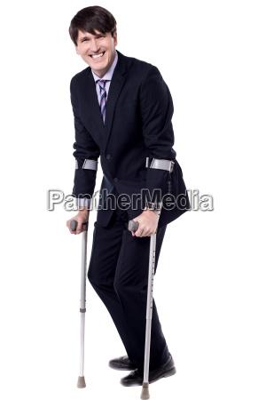 behinderte menschen sind auf kruecken