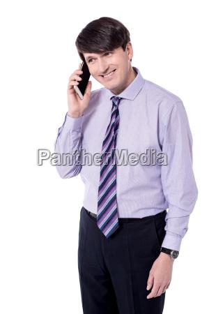 geschaeftsmann spricht auf smartphone