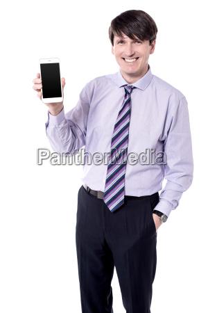 geschaeftsmann praesentiert smartphone