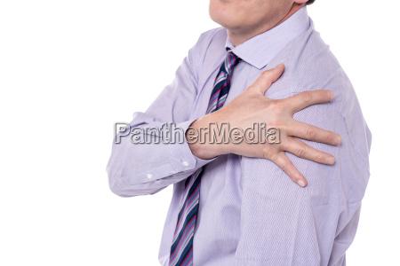 geerntetes bild der mann mit schulterschmerzen