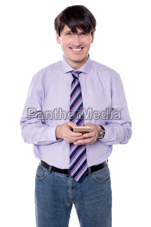 maennliche exekutive sendet sms mit seinem