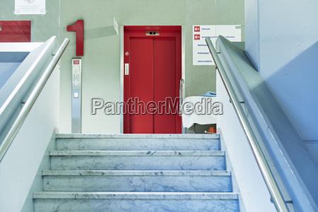 krankenhaus treppe flu rot lift