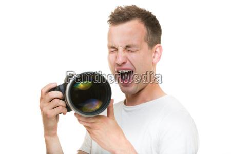 junger profifotograf mit digitalkamera dslr