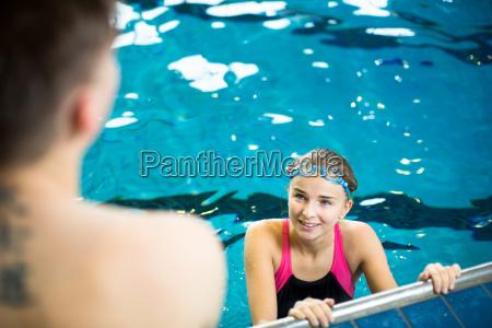 schwimmerin in einem hallenbad im