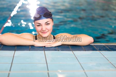 frau badespass schwimmende klein junge jung