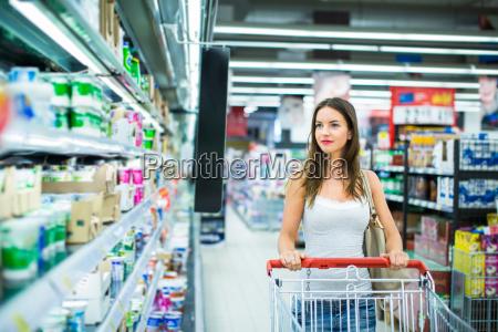 schoener einkauf der jungen frau in