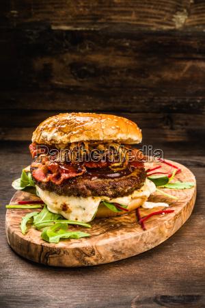 bbq burger mit bacon und zwiebeln