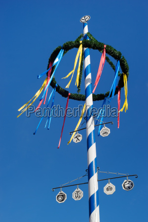 bayerischer maibaum gegen blauen himmel