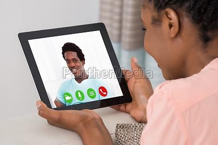 frau haelt digitales tablet
