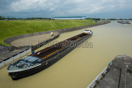 empty container ship coming to barrage