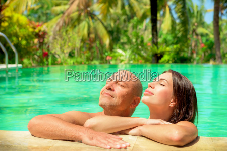 romantisches paar in einem pool