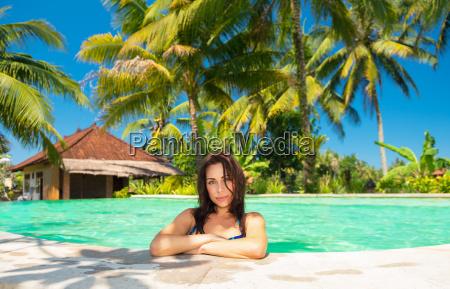 frau entspannt sich im pool
