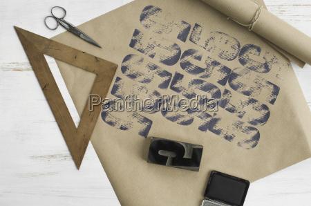gedrucktes verpackungspapier dreieck stempel tintenkissen