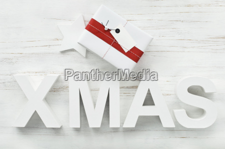 weihnachtsgeschenk und weihnachtsdekoration mit sternen und