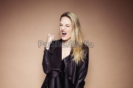 portraet einer schreienden blonden frau