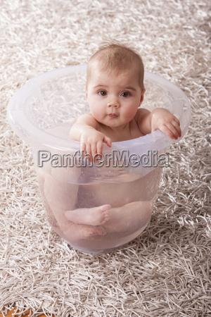 kindermaedchen in badewanne