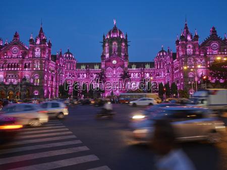 indienmaharashtramumbaichhatrapati shivaji terminus in der nachtverkehr