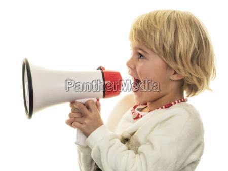 blond maedchen schreit in megaphon
