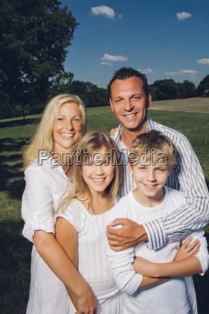 portraet gluecklicher paare mit ihren kindern