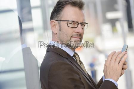 portraet des geschaeftsmannes mit brille und