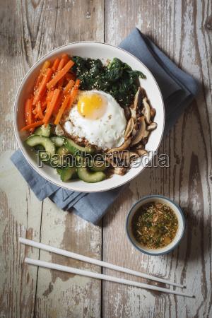 vegetarisch koreanischen reisschuessel mit pilzen spinat