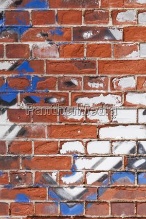 alte mauer mit resten von graffiti